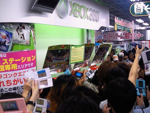 【业界】因现场混乱失控,商店被迫中止《勇者斗恶龙9 (DQ9)》通信联机活动区